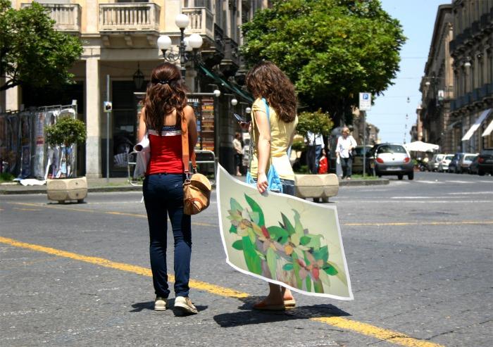 Девушки с плакатом
